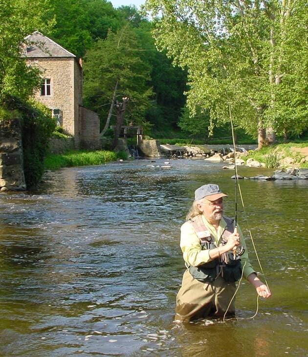 Jean Paul Doron pêche devant un seuil
